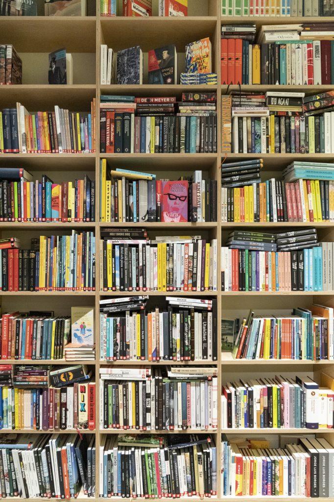 böcker i en bokhylla